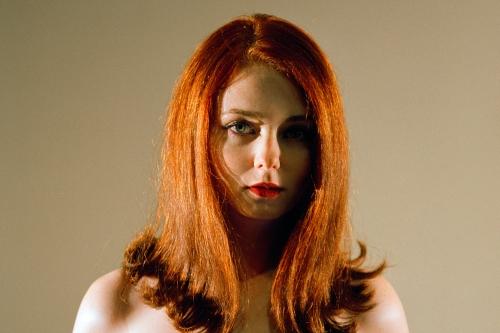 Yeşil gözlü kırmızı saçlı kadın